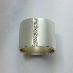 Széles ezüst csőgyűrű cirkóniákkal